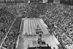 'Lille Henrivende Inge', den yngste individuelle medaljetager ved de Olympiske Lege, løftede som mange sportsudøvere ved OL i 1936, ikke armen i nazi-hilsen ved præmieoverrækkelsen. Det var nok næppe en bevidst politisk protest fra den 12-årige Inge Sørensen, men svømmeren stillede ikke efterfølgede op til svømmekonkurrencer arrangeret af Nazityskland