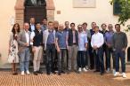 Amazon-boss Jeff Bezos var på en minikonference sammen med andre ledere i tech-industrien. Til det efterfølgende gruppebillede, synes man åbenbart, at kønsbalancen var skæv (der var ingen kvinder ved konferencen). Men så er det jo godt at man har photoshop ved hånden...