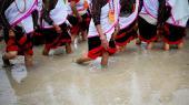 Nepal har indført tiltag for at fremme ligestillingen. Det har f.eks. betydet en tredobling af antallet af kvindelige jordejere i løbet af 10 år og er opnået ved at tilbyde skattefritagelser for at fremme implementeringen af nye arvelove.