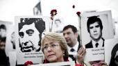 Michelle Bachelet vandt stort i første runde af det chilenske præsidentvalg, men skal alligevel ud i en anden runde i næste måned.