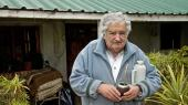 Uruguays præsident, José Mujica, foran sit beskedne hus, som han bor i i stedet for præsidentpaladset.