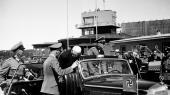 Knut Hamsun bliver modtaget af nazister i Oslos lufthavn, Fornebu, i juni 1943 efter en rejse til Wien og et møde med Hitler.