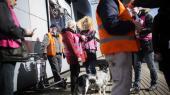 Repræsentanter fra fagbevægelsen står foran Ryanairs indtjekningsskranke i Kastrup Lufthavn og demonstrerer imod lavprisselskabet, som nægter at tegne en overenskomst på danske vilkår for sine ansatte.