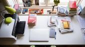 Hvordan indretter forfatterne sig, når de skriver? Hvilke genstande omgiver de sig med, og hvordan ser der i det hele taget ud dér, hvor værkerne skrives? Hver uge viser vi en dansk forfatters skrivebord. I denne uge er vi hjemme hos Lone Hørslev
