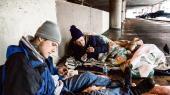 Heroinmisbrugerne Ozzy (t.v.) og John forbereder deres morgendosis i en parkeringsgarage i Chicago.
