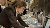 En kvinde leder efter bøger på et bogudsalg i Chiado – ét af Pessoas kvarterer i Lissabon.
