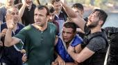 Vrede tyrkere pågriber en tyrkisk soldat, som deltog i kupforsøget fredag aften i Istanbul. Knap var roen genoprettet, før premierminister Binali Yildrim annoncerede, at politiet havde arresteret 2.839 militærfolk, herunder general Akin Öztürk, den øverste ansvarlige for det tyrkiske luftvåben, som er udpeget som kupforsøgets bagmand