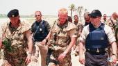 Daværende forsvarsminister Søren Gade (th.) besøgte de danske soldater i Irak i 2004. Samme år blev 23 irakiske fanger udleveret til tortur på en irakisk politistation. Efter fem års tovtrækkeri kommer sagen nu for retten.