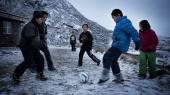 De 1.200 indbyggere i den lille grønlandske by Narsaq er delt i holdningen til, om der skal udvindes uran i fjeldet bag byen.
