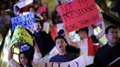 Titusindvis amerikanske aktivister har den forgangne uge været på gaden i demonstrationer mod præsidentvalgets sejrherre Donald Trump, som på dette i billede i Las Vegas. Flere af de amerikanere, som har demonstreret mod Trump, vil sandsynligvis deltage i den protestmarch mod de store handelsaftaler, som i dag vil finde sted i Washingtons Upper Senate Park – en protestmarch, som Trump paradoksalt nok kunne være gået forrest i