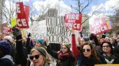 Valget af Trump har skabt alvorlig uvished om abortens fremtid i USA, mener kvinderettighedsforkæmpere. Her demonstrerer en gruppe i Indiana i foråret mod guvernør Mike Pences nyligt vedtagne abortlov. Fra næste år bliver Mike Pence USA's vicepræsident.