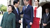 Den kinesiske præsident Hu Jintao hilser på kronprinsen under statsbesøget i 2012. Kineserne var meget optaget af, at deres præsident ikke måtte »tabe ansigt« eller konfronteres med »fornærmende manifestationer« under besøget
