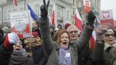 Med Polens forfatning i hænderne demonstrerede polakker lørdag i Warszawa mod regeringen, som de beskylder for at undergrave domstolene og mediernes uafhængighed.
