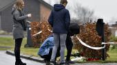 Borgere lægger blomster uden for huset i Ulstrup, hvor seks personer blevet fundet døde forleden. Ifølge politiet har en 45-årig mand dræbt sin 42-årige hustru og parrets fire børn på tre, seks, 11 og 16 år.