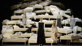 Skuespillerne på stykket 'Farlige Forbindelser' på Residenztheater i München er ulykkelige, da de hører om angrebet på Charlie Hebdo. Katrine Wiedemann har lyst til at sige: 'Hold nu kæft, lad os arbejde'.