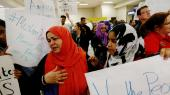 En kvinde reagerer lørdag, efter at hun hører nyheden om, at hendes mor nok ikke vil løsladt af immigrationsmyndighederne i DFW-lufthavnen som følge afpræsident Trumpsdekret om et midlertidigt indrejseforbud for muslimer fra syv lande.