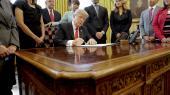 Donald Trump underskriver et af en lang række dekreter i sin første tid som USA's præsident.