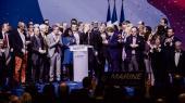 Marine Le Pen på scenen til et valgmøde i Lyon. Selvom Front National-lederen står til at få flere stemmer end hovedudfordreren Emmanuel Macron, spår få hende en reel chance for at vinde præsidentposten, da den tabende konservative eller socialistiske kandidat opfordrer sine vælgere til at stemme på hendes modstander under valgets anden runde ifølge den såkaldte republikanske pagt. Men det kræver, at Le Pen ikke vinder valget i første runde.