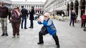 Kinesiske turister på Markusspladsen i Venedig. Kina er på ingen tid blevet verdens største turistgruppe: I 2000 var der ti mio. kinesiske turister i verden, i dag er der 137 mio.