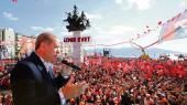 Præsident Erdoğan til et vælgermøde om den nye forfatning i Izmir: Byen er en sekulær bastion, men ligesom andre steder i Tyrkiet er det en ulige kamp.