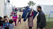 Den syriske flygtninge Zubaida al-Rakad (kvinden med madrassen) bor i en flygtningelejr i Ritsona nord for Athen. Selv om Grækenland har modtaget et stor beløb af EU er mange af landets flygtningelejre i en temmelig ringe forfatning.