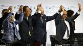 Internationale forhandlere, bl.a. FN's klimachef Christiana Figueres, og FN's tidligere generalsekretær Ban Ki-moon, fejrer vedtagelsen af Paris-aftalen med Frankrigs daværende præsident, Francois Hollande. Den proces, Paris-mødet satte i gang, vil ifølge Connie Hedegaard ikke standse, selvom USA trækker sig fra aftalen.