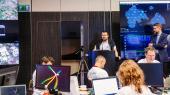 På et hotel i Estlands hovedstad, Tallim, var der i år samlet over 300 hackere og cybersikkerhedseksperter til dette års cyberkrigsøvelse. 50 andre deltog online i konkurrencen fra 19 andre lokaliteter i Europa.