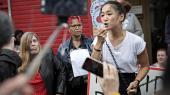 Der var store protester fra vrede borgere, og også den ansvarlige borgmester, Anna Mee Allerslev (th.), var mødt frem, da Vladimira Kristensenmandag var til mødet på jobcentret på Lærkevej for at få svar på, om hun kan få tilkendt førtidspension.