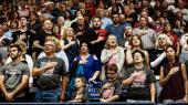 Donald Trump bader sig i massemøder, hvor tilhængere i tusindvis tiljubler ham, mens han ligger i åben krig med eliten i Washington.