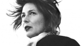Da Chris Kraus' debutroman 'I Love Dick' udkom i 1997, druknede den i kontroverser om virkelighedens 'Dick'. I dag står romanen som et nyere feministisk hovedværk, og den hyldes af en lang række unge kvindelige kunstnere og feminister. Nu udkommer den også på dansk