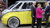 Folkevognens chef, Matthias Mueller, tv., kalder omstillingen i bilbranchen ustoppelig. Og flere europæiske lande vil se bort fra benzinbiler, lyder det.