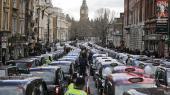For Uber er deleøkonomi blevet et smart plusord, som kan bruges til social dumping. Her er det taxachauffører i London, der demonstrerer mod tjenesten.