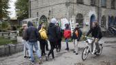 Skal Christiania begrænse adgangen for turister til fristaden? Det lægger christianitterne nu op til. Her får en 9. klasse rundvisning på Christiania.