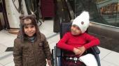 Abdallah på 5 år mistede livet ved koalitionens bombeangreb. Ved siden af ham sidder Sidra, hans søster,der kort før bombeangrebet døde af kræft.