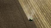 Monsantos andet ukrudtsmiddel, Dicamba, spredes nemt med luften og har mødt betydelig modstand i USA, hvor der er i stater som her eksempelvis Arkansas har været adskillige klager fra naboer. Og i netop Arkansas har statens landbrugsmyndighed nu udstedt et regulært forbud mod sprøjtning med Dicamba, foreløbig gældende hele vækstsæsonen i 2018.