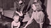 Mange af Tove Ditlevsens samtidige forfatterkollegaer så ned på, at hun optrådte i livsstilsagtige boligreportager, gav interview om dette og hint, ofte fotograferet i køkkenet, ved skrivebordet, med sine børn, næsten altid placeret i hjemmet.