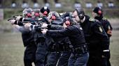 Politiuddannelse handler om meget mere end skydekursus og gymnastik, påpeger forsker Adam Diderichsen. Her politifolk på efteruddannelse i netop skydning.