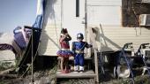 To børn klædt ud til Halloween. De bor med deres dokumentløse forældre i en gammel campingvogn i bosættelsen Muñiz i Texas' Rio Grande Valley. Den mexicanske familie lever uden rindende vand, elektricitet og kloak.