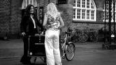 Her ses den nu afdøde Pernille med ryggen til, mens hun taler med gadejuristen Nanna Gotfredsen foran Hovedbanegårdens udgang mod Istedgade i København. Billedet er fra 2005, før Pernille kom i metadonbehandling, og er gengivet med tilladelse fra hendes mor.