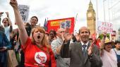 Aktivister fra Momentum-bevægelsen viser deres støtte til Jeremy Corbyn uden for det britiske parlament i juni 2016. Opbakningen fra den venstreorienterede græsrodsbevægelse har en stor aktie i Labour-lederens gode valgresultat ved det seneste valg.