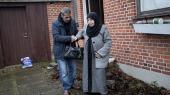 77-årige Rokaia S. er en svært dement og statsløs palæstinensisk kvinde, der afventer, at Inger Støjbergs ministerium efterlever Paposhvili-dommen om humanitær opholdstilladelse. Hun har boet i Danmark i ti år, de fleste af dem hos sin søn Khaled Akl, der tager sig af hende til dagligt.