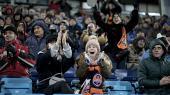 Kun 1.000 har trodset frosten for at se Østeuropas bedste fodboldhold, Shakhtar Donetsk, spille lokalderby mod Olimpik Donetsk. Opgøret foregår nemlig i Kiev, 600 kilometer fra klubbernes fælles hjemby. Borgerkrigen raser stadig i Donetsk, og Shakhtar har ikke spillet på hjemmebane siden 2014.