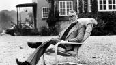 Ingvar Kamprad er indbegrebet af en 'selfmade man', der ikke har arvet titel og foretagende, men af egen driftighed har været sin egen lykkes smed. Her er han fotograferet uden for sit hus i 1977.