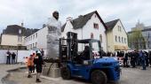 Bronzestatuen af Karl Marx er skabt af den kinesiske kunstner Wu Weishan, måler 4,4 meter og vejer 2,3 tons. Den er en gave fra Kina til byen Trier, hvor Marx blev født for 200 år siden, den 5. maj 1818. Statuen er indpakket indtil den indvies lørdag d. 5. maj 2018.