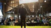 Alternativet er ikke et parti, der er bange for at bekræfte fordommene om sig selv. Her taler politisk leder Uffe Elbæk på græstæppet på scenen.