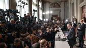 64-årige Carlo Cottarelli (th.), der har en fortid i den internationale valutafond, IMF, blev mandag af den italienske præsident Sergio Mattarella udpeget til at stå i spidsen for en midlertidig teknokratregering. Men regeringen vil sandsynligvis blive nedstemt i parlamentet, hvorfor det ligner endnu et valg senere i år.