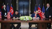 Nordkoreas diktator Kim Jong-un og USA's præsident Donald Trump underskriver aftale i Singapore. Historisk har det ikke skortet på aftaler om atomafvæbning af Nordkorea. De er bare ikke blevet til noget. Årsag: Aftalerne er efterfølgende blevet syltet eller misligholdt, mest af Nordkorea, men også af USA.