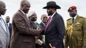 På den ene side Sydsudans præsident Salva Kiir med sin karakteristiske bredskyggede sorte cowboyhat, på den anden side hans tidligere vicepræsident og modstander gennem flere omgange, den volumniøse Riek Machar i et jakkesæt, der var ved at sprække, begge stående som stive saltstøtter.