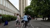 Den franske præsident Emmanuel Macron har erklæret, at han ønsker, at franske skoleelever skal 'afgiftes' fra deres mobilafhængighed, og en række skoler har allerede indført forbud.