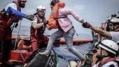Det er situationer som denne, EU-Komissionen håber at kunne undgå ved at etablere modtagecentre for flygtninge og migranter i tredjelande: Forliste flygtninge og migranter reddes ombord på et redningsfartøj i Middelhavet.